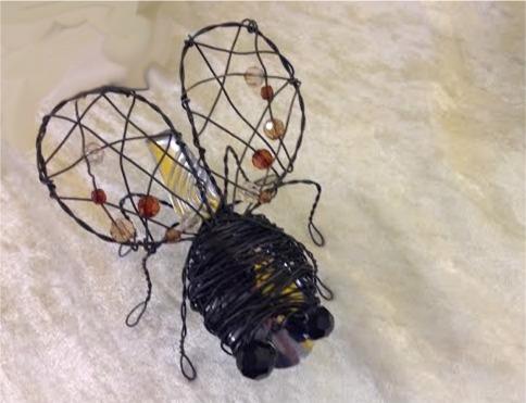 Rautalangasta ja vanhasta lusikasta tehty kärpänen