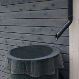 Puutarhavajan sadevesiränni ja vesisaavi sen alla