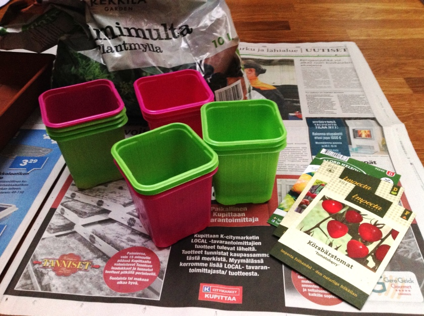 Multapussi ja vihreitä ja pinkkejä taimiruukkuja sekä tomaatinsiemeniä