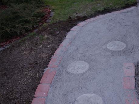 Kivituhkalla rakennettu pihapolun alku.