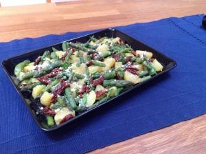 Perunaa, parsaa ja aurinkokuivattujatomaatteja salaattina.