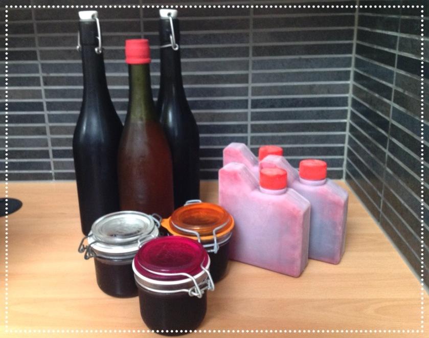 Itse tehtyä herukkamehua pulloissa sekä hyytelöä lasipurkeissa