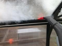 Kasvihuoneen puhdistusta höyrypesurin pikkusuuttimella.