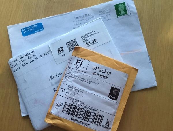 Ulkomaan postissa tulleita kirjekuoria. Englannista, Floridasta ja Shanghaista.